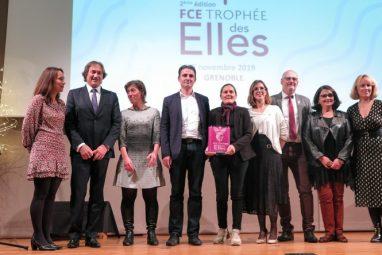 Les élus et la lauréate, au centre